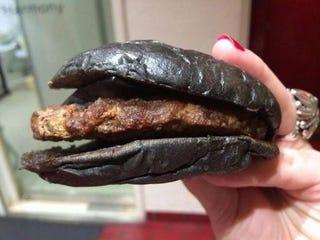 Illustration for article titled Egyszerűen undorító a fekete hamburger