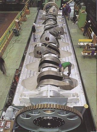 Illustration for article titled The World's Biggest Crankshaft