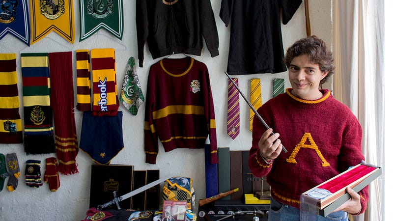 Illustration for article titled Mexican Lawyer Breaks Record for Biggest Harry Potter Collection