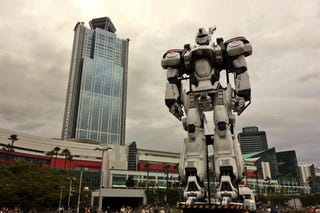 Illustration for article titled Giant Patlabor Mecha Withstands a Real Typhoon