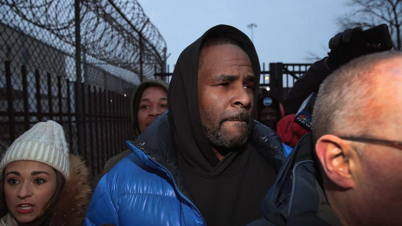 R&B singer R. Kelly leaves the Cook County jail after posting $100,000 bond on February 25, 2019 in Chicago, Illinois. Kelly was being held after turning himself in to face ten counts of aggravated sexual abuse.