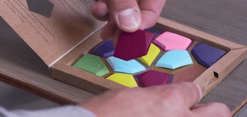 Illustration for article titled Estas pegatinas convierten cualquier cosa en un objeto inteligente