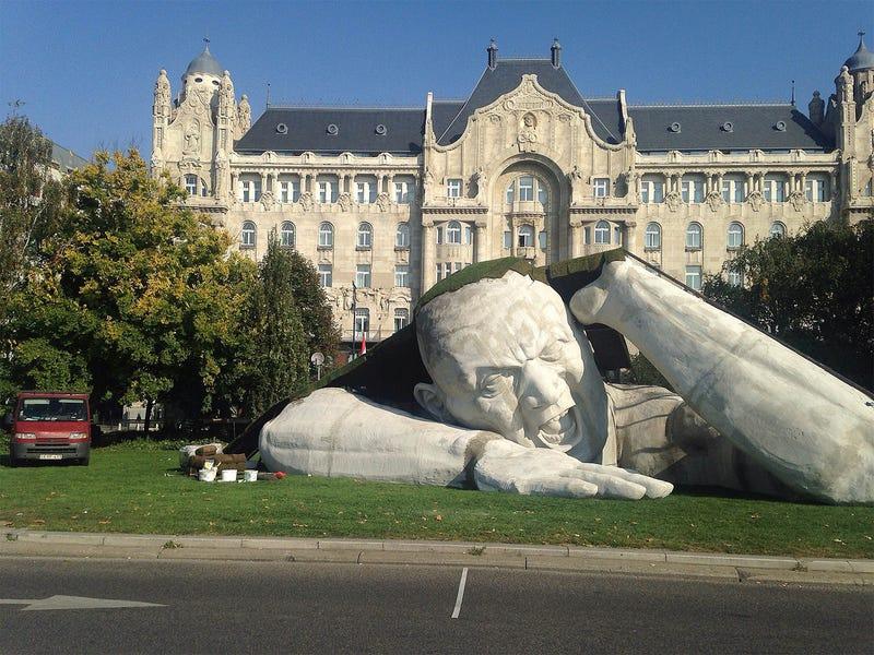 Illustration for article titled Hatalmas szobrot állítottak a Széchenyi térre