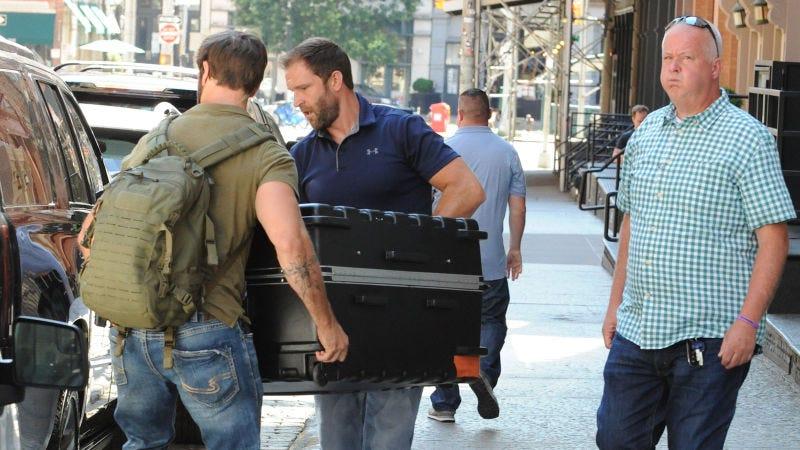 Illustration for article titled Confirman una descabellada teoría de Internet sobre Taylor Swift: se esconde en una maleta para evitar a los paparazzis