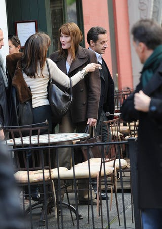 Illustration for article titled Carla Bruni Turns Her Back On Nicolas Sarkozy