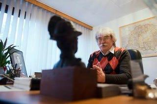 Illustration for article titled Tényleg Gömbös Gyula képét tartja az asztalán a kormány történészintézetének vezetője? (Updatelve)