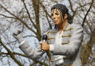 "Illustration for article titled Fulham's Michael Jackson Statue Is More Frightening Than The Balloon Creatures From ""The Wiz"""