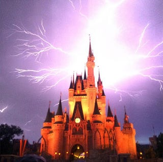Illustration for article titled Mintha boszorkányok támadták volna meg az igazi Disney-kastélyt