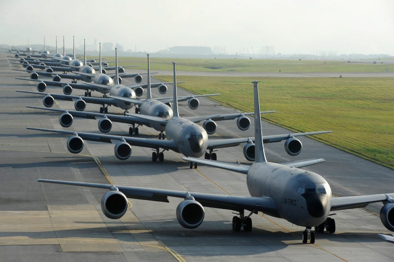 Illustration for article titled Cool photo of 12 US Air Force Stratotanker refueling planes in a row