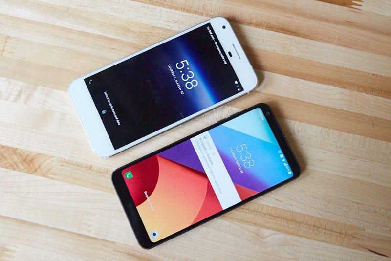 The 16:9 Google Pixel (top) next to the 18:9 LG G6 (bottom). (Image: Alex Cranz/Gizmodo)