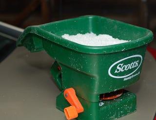 Illustration for article titled Use a Fertilizer Spreader to Spread Salt Evenly
