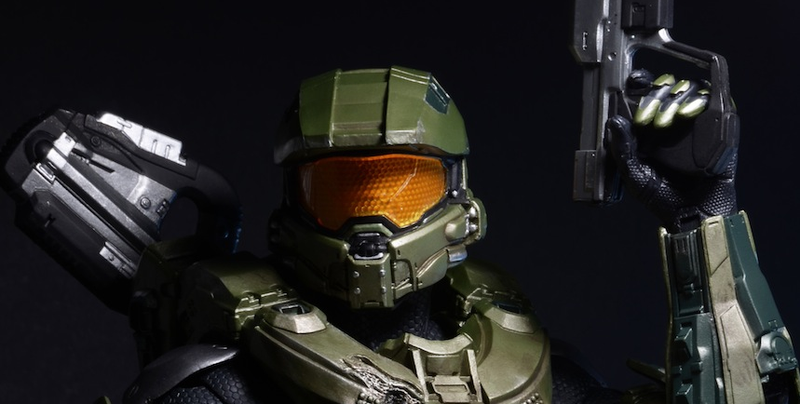 """Illustration for article titled Deluxe 18"""" Master Chief Action Figure"""