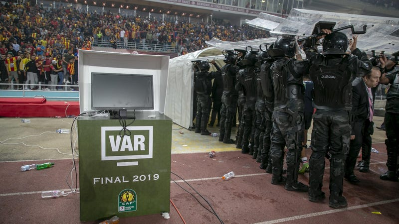 Illustration for article titled VAR Malfunction Turns African Champions League Final Into Protracted Shitshow