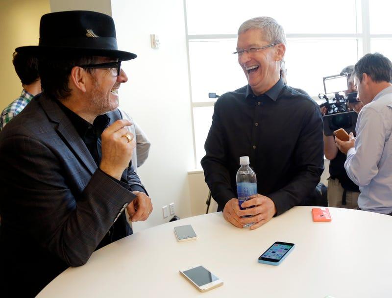 """Illustration for article titled ¿Un iPhone barato? Tim Cook: """"no estamos en el negocio de la chatarra"""""""