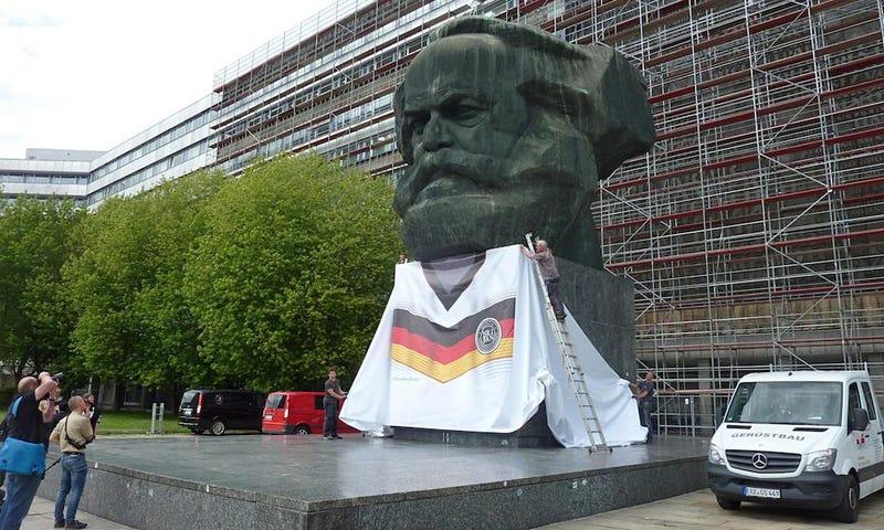 Illustration for article titled Csütörtökön kezdődik a focivébé, német színekbe öltöztették Marxot
