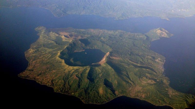 Foto aérea del volcán Taal. Imagen: Mike Gonzalez / Wikimedia Commons