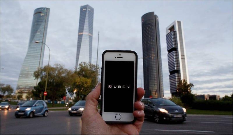 Illustration for article titled Ganan los taxistas: Uber cierra temporalmentesu servicioen España
