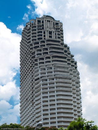 Illustration for article titled Bangkok's Sathorn Unique abandoned skyscraper: the supervillain HQ of your dreams