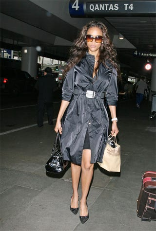 Illustration for article titled Tyra Banks Ditches Sweatshirt For Overcoat & Exposed Legs