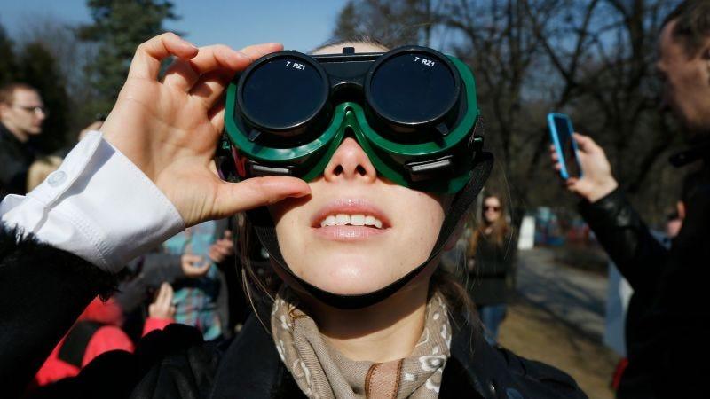 Illustration for article titled Amazon está persiguiendo a la infinidad de vendedores que ofrecen gafas solares falsas una semana antes del eclipse