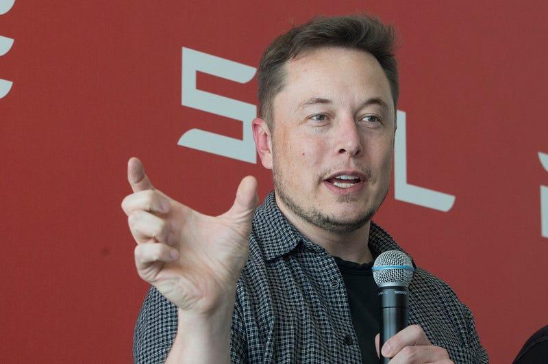 """En esta foto pareciera que Musk está diciendo que Tesla estuvo """"así de cerca"""" de morir, pero la imagen no tiene conexión con el texto."""