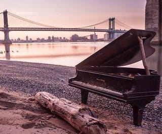 Illustration for article titled Piano mysteriously washes ashore under NYC's Brooklyn Bridge