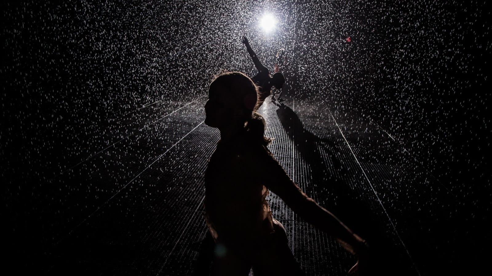 Camina bajo la lluvia sin mojarte con esta genial instalación