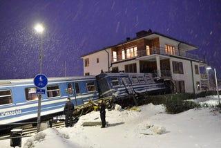 Illustration for article titled Ellopta a vonatot a svéd takarítónő, aztán belevezette egy házba