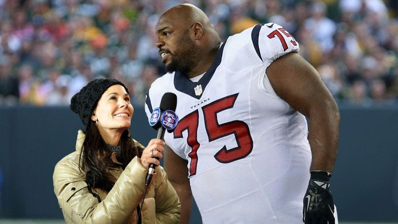 Illustration for article titled Report: Look How Big Player Is Next To Sideline Reporter