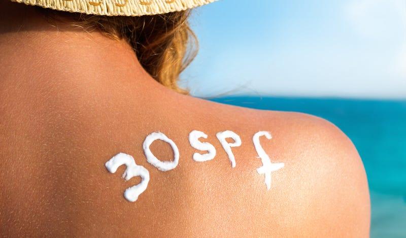 ¿Qué le ocurre exactamente a la piel si tomas demasiado el sol?