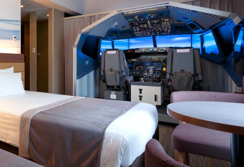 Este hotel del aeropuerto de Tokio ha instalado un simulador de vuelo gigante en una de sus habitaciones