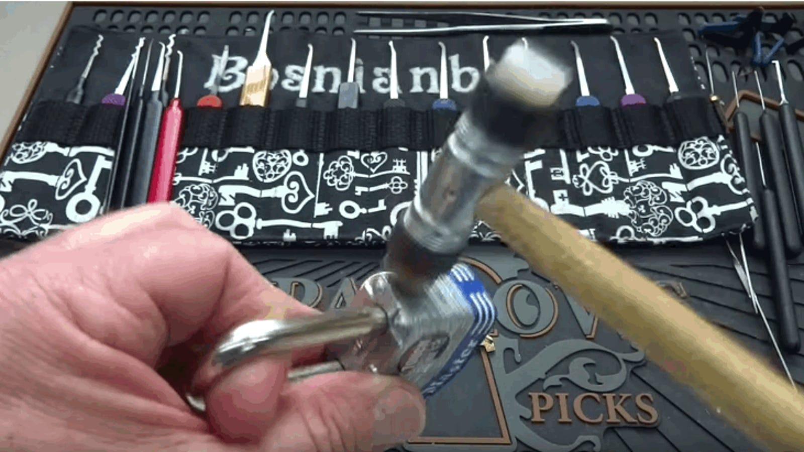 Cómo abrir un candado Master Lock en segundos con solo unos golpecitos
