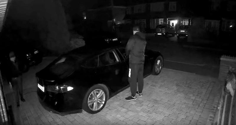 Illustration for article titled 2 ladrones y 1 minuto: eso es todo lo que hace falta para robar un Tesla si no activas las medidas se seguridad