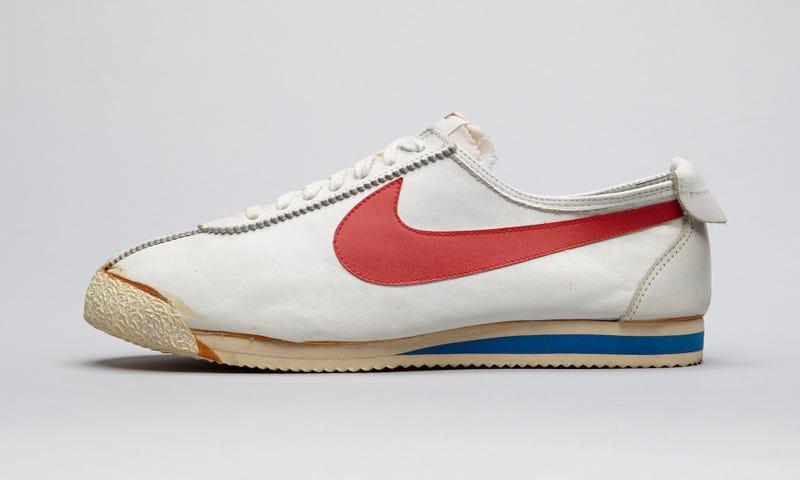Illustration for article titled Cómo el logo más famoso del planeta le costó a Nike tan solo 35 dólares (y el eslogan lo tomó de un asesino en serie antes de morir ejecutado)