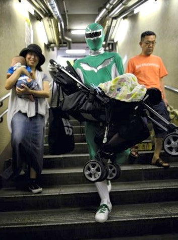 Illustration for article titled Masked hero hauls bags, babies up and down Tokyo subway stairs