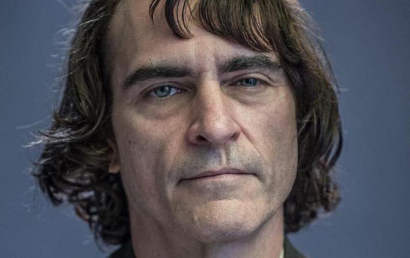 Illustration for article titled La primera imagen de Joaquin Phoenix como el Joker es extrañamente inquietante