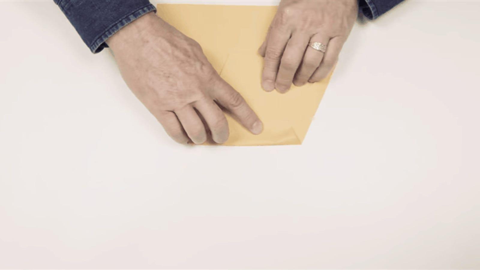 Cómo hacer un avión de papel que puede volar más de 60 metros
