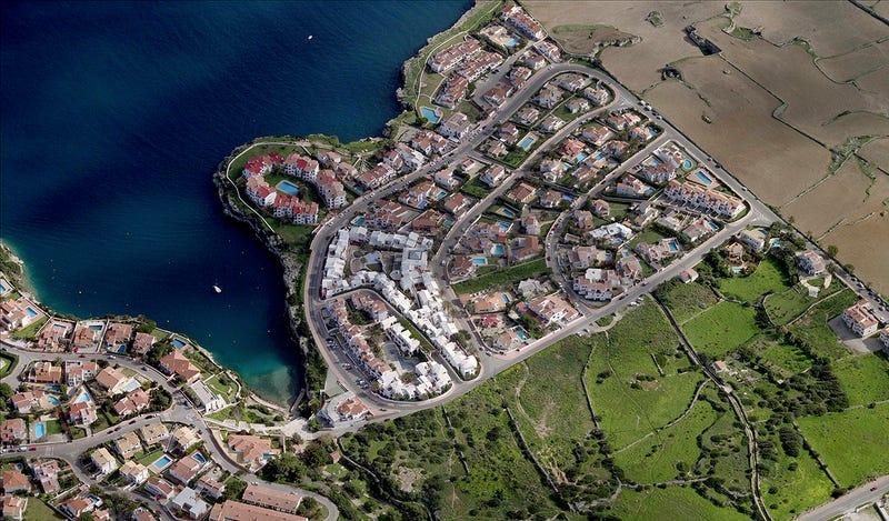 Illustration for article titled Hacienda descubre más de 2.500 viviendas ilegales en Menorca gracias a un dron espía