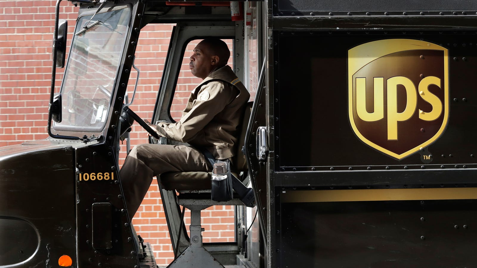 La razón por la que los conductores de UPS evitan girar a la izquierda en sus rutas (y quizás tú también deberías)
