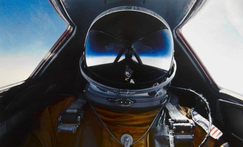 Illustration for article titled Cuando su avión SR-71 Blackbird se desintegró a Mach 3, este piloto sobrevivió a una caída libre desde el espacio