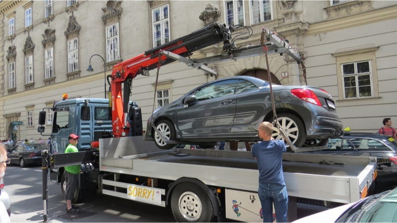 Illustration for article titled This Is How They Tow Cars In Europe In Under A Minute