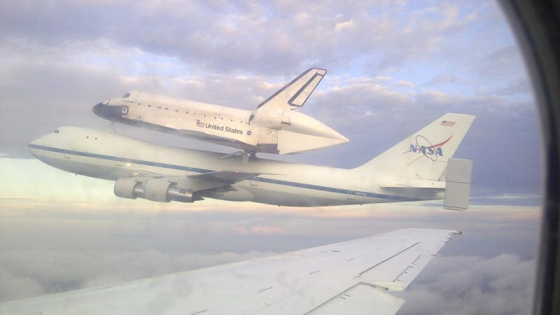 Illustration for article titled Holy Shit, That's The Space Shuttle Outside My Plane Window!