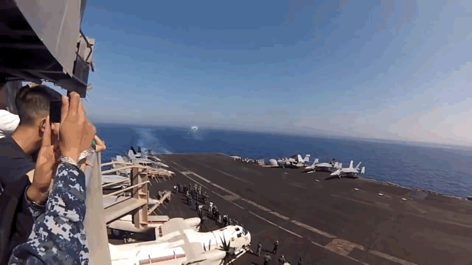 Mira cómo un F18 rompe la barrera del sonido sobre un portaaviones