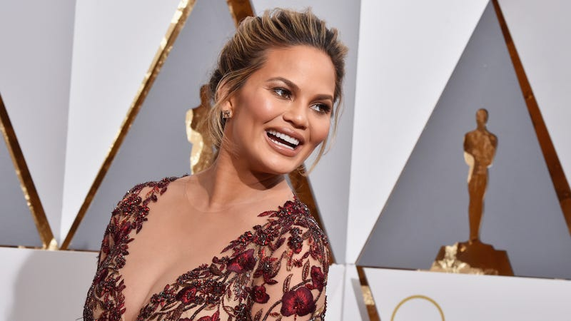 Illustration for article titled Chrissy Teigen Receives Kinda Creepy Kinda Nice Paparazzi Shots Of Herself