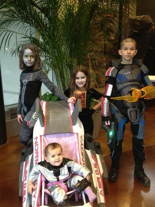 Illustration for article titled Epic Kids Are a Paragon of Mass Effect Cosplay