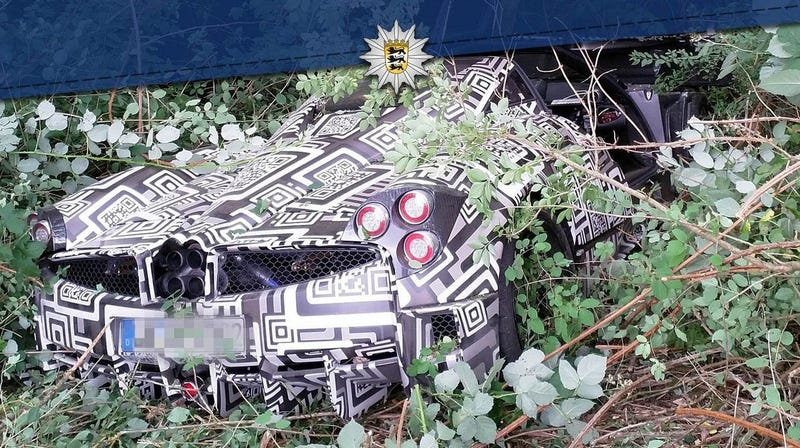 Illustration for article titled Pagani Huayra Roadster Test Mule Crashes Into A Tree