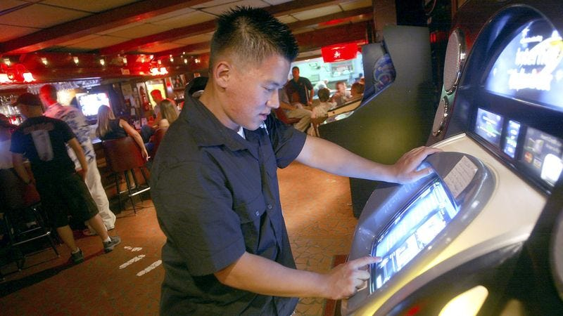 Illustration for article titled Report: Guy Just Put 10 Bucks In Jukebox