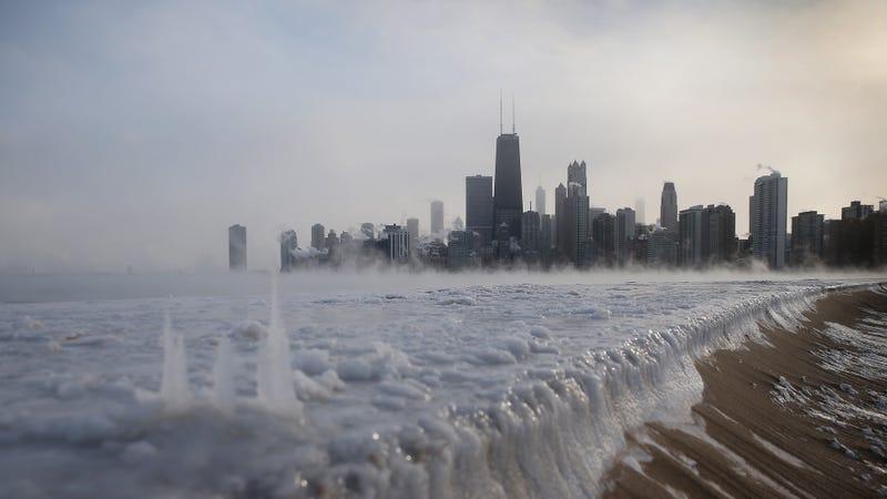 El lago Míchigan congelado frente al skyline de Chicago