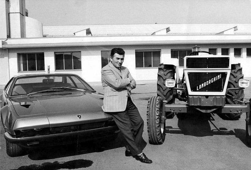 Ferrucio con un Lamborghini Jarama y un tractor de su compañía. Wikimedia Commons