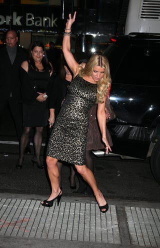 Illustration for article titled Jessica Simpson Very Nearly Falls; Uses Clutch For Balance